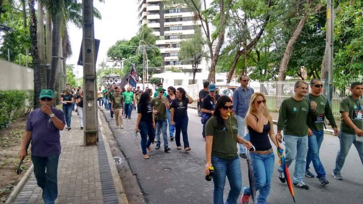 caminhada dos funcionários da CPRH em direção à Semas